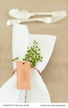 The rustic wedding trend is always really going hard, and every single day I know a little more unique projects and inspiration floating around the web. Wedding Table Deco, Deco Table, Rustic Wedding, Wedding Trends, Wedding Styles, Reception Decorations, Table Decorations, Wedding Menu Cards, Wedding Stationery