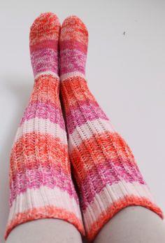 woof&stitch -käsillä tekevän blogissa kärjestä aloitetut sukat Novita Puro Batik -langasta Leg Warmers, Tuli, Slippers, Socks, Legs, Patterns, Diy, Fashion, Wrist Warmers