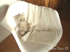 La touche de douceur pour ce début de week-end : une jolie association de blanc et de beige pour la Couverture Bébé personnalisée. Pensez-y, c'est LE cadeau de naissance préféré des futures mamans !