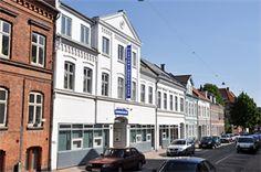 Dynamisk lokale-fællesskab i Odense C     I centrum af Odense ligger dette velfungerende miljø, som har eksisteret siden 1988. Dronningegården tilbyder 28 lukkede lokaler på mellem 13 og 45 m2 eller 1 - 4 arbejdspladser.    http://www.lokaleportalen.dk/odense-kontorfaellesskab/5000-odensec/dronningensgade/17