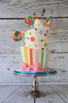 Topsy turvy cake Easy cake recipes for beginners Cake Decorating For Beginners, Easy Cake Decorating, Fondant Cupcake Toppers, Fondant Cakes, Cute Cakes, Pretty Cakes, Cake Icing, Eat Cake, Cake Baking Supplies