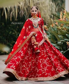 Dupatta draping enhances the entire Indian bridal look. Hence we have summed up some trending bridal dupatta draping style ideas for you. Wedding Lehnga, Designer Bridal Lehenga, Indian Bridal Lehenga, Indian Bridal Outfits, Indian Bridal Fashion, Indian Bridal Wear, Bridal Lehenga Choli, Indian Dresses, Bridal Dresses