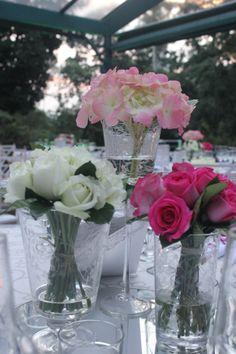 Centro de Mesa; Rosas brancas, Rosas Pink e Hortênsias Rosa em vasos de Cristais Lapidados
