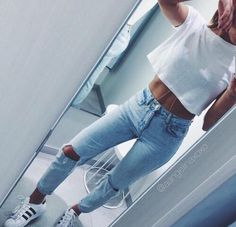 Find and save up to date fashion trends and the latest style inspiration, ootd photography and outfit looks Fashion Moda, Look Fashion, Teen Fashion, Fashion Outfits, Denim Fashion, Fashion Tips, Jean Bleu Ciel, Mode Swag, Look Adidas