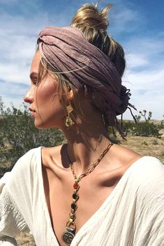 You will definitely need some ideas of easy hairstyles to have the most exciting and relaxing spring break. Save your time and look cool with our ideas. Mode Hippie, Bohemian Mode, Hippie Boho, Bohemian Style, Boho Chic, Winter Hippie, Modern Hippie Style, Gypsy Style, Estilo Hipster