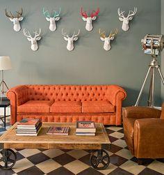 Industrial and urban rustic Living Room Orange, Paint Colors For Living Room, Home Living Room, Rooms Home Decor, Diy Home Decor, Room Decor, Orange Leather Sofas, Terra Santa, Antler Wall Decor