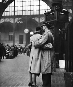 Amor y despedidas en tiempos de Guerra las legendarias fotos de Alfred Eisenstaedt durante la Segunda Guerra Mundial