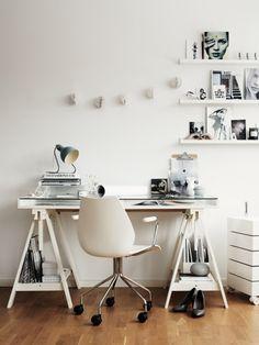 Mesa com cavalete e tampo de vidro