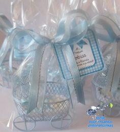 Lembrancinha mini carrinho de bebê com bebezinho em resina, perfeita para nascimento e chá de bebê.