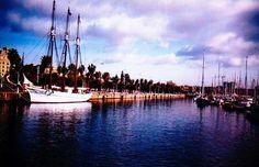pailebote anclado en puerto. Pasan las barcas, pasa la vida y tú aquí muriendo siempre en la misma arqueología.