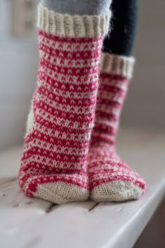 Isoja ja pieniä - Kaisan neuleblogi Crochet Slippers, Knit Or Crochet, Fair Isle Knitting, Knitting Socks, Knitting Projects, Knitting Patterns, Woolen Socks, Stocking Tights, My Socks