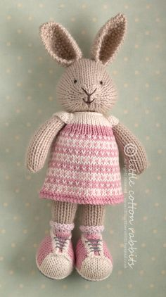 knitted sweater pattern for little cotton rabbits - - Yahoo Image Search Results Knitted Stuffed Animals, Knitted Bunnies, Knitted Animals, Knitted Dolls, Crochet Toys, Crochet Birds, Crochet Bear, Knitted Baby, Animal Knitting Patterns