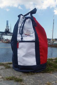 Modischer Seesack mit Schiffsstickerei #hansesail #style #fan #segeln #maritim #merchandise #trend #fashion #accessoires #shirt #cap