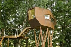Tree house designed by architect Andreas Wenning Cubby Houses, Play Houses, Modern Tree House, Woodland House, Cool Tree Houses, Tree House Designs, Prefab, Architecture Details, Tiny House