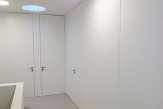 Onze blokdeuren zijn exclusief met een zelf ontworpen blokkadersysteem. Na de plaatsing wordt het volledig dicht geplamuurd en onzichtbaar verwerkt.