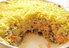INGREDIENTE: -200 g de ciuperci marinate; -2 cepe medii + ulei de floarea-soarelui (pentru prăjit); -2 cartofi medii (fierți în coajă); -un morcov crud; -300 g de carne fiartă (puteți folosi limbă); -250 g de cașcaval tare; -maioneză + smântână— după gust. MOD DE PREPARARE: 1.Mărunțiți ciupercile și puneți-le în salatieră. 2.Tocați ceapa și prăjiți-o în ulei. Apoi lăsați-o să se răcească și strecurați uleiul rămas pe ea. 3.Așezați ceapa peste stratul de ciuperci (chiar dacă nu vă place…
