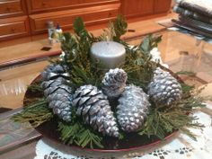 Centro de mesa de Navidad con piñas y ramas.