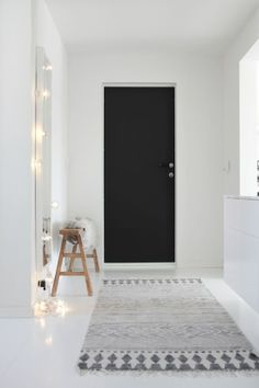 #zwartedeur #blackdoor #hall #gang #langegang #kleed #scandinavia #nordic #scandinavisch www.leemconcepts.nl