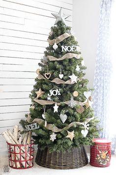 Árbol de Navidad en cesta. Dorado para decorar la Navidad. Decoración navideña rústica. #navidadrustica #decoracionnavideña
