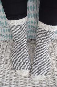 Nämä villasukat vilahtivatkin jo viime sunnuntaisessa kuulumispostauksessa, mutta ansaitsevat kyllä ihan omankin kirjoituksensa. Ku... Crochet Socks, Knitting Socks, Crochet Stitches, Knit Crochet, Hennin, Arts And Crafts, Diy Crafts, Wool Socks, Chrochet