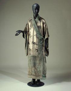 Babani, manteau du soir, vers 1920. Soie brochée argent et noir, velours de soie vert © R. Briant et P. Ladet / Galliera / Roger-Viollet