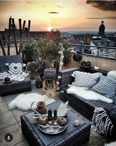 Wicker tuinsets kunnen ook heel goed gebruikt worden op jouw prachtige balkon, haal het middenelement er tussenweg en je creëert een extra stoel en iets kleinere bank zodat hij precies op jouw balkon past! #tuinmeubelen #wicker #balkon #wickercombinatie
