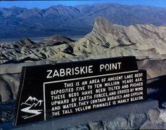 Zabriskie Point, el Parque Nacional Valle de la Muerte ➦ Más Información del Turismo de Navarra España: ☛  #NaturalezaViva  #TurismoRural ➦   ➦ www.nacederourederra.tk  ☛  ➦ http://mundoturismorural.blogspot.com.es  ☛  ➦ www.casaruralnavarra-urbasaurederra.com ☛  ➦ http://navarraturismoynaturaleza.blogspot.com.es ☛  ➦ www.parquenaturalurbasa.com ☛   ➦ http://nacedero-rio-urederra.blogspot.com.es/ Death_Valley,19820817,Zabriskie_Point,sign.jpg