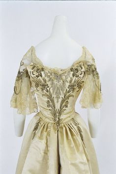 Evening dress by Worth, 1898, at the Bunka Gakuen Costume Museum
