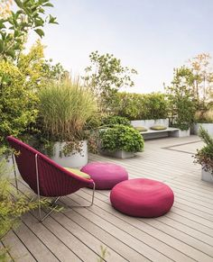 Roof Terrace with Modern Garden Furniture. Balcony & Rooftop Gardens in Small City Garden Design Ideas. Discover how to inject some greenery into your small rooftop garden, terrace or balcony on House & Garden. Rooftop Design, Rooftop Terrace, Terrace Garden, Rooftop Gardens, Balcony Gardening, Roof Terrace Design, Garden Seating, Garden Pots, Modern Garden Furniture