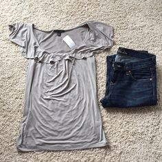 ✨Host pick! ✨GORG slinky top w/ ruffle detail! Brand new with tags!  Banana Republic  Size Small  94% Polyester & 6% Spandex  Machine Wash  I follow all Posh rules, am open to offers through the offer button, and my closet bundles any 2+ items at 20% off! ✨ Banana Republic Tops
