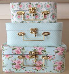 Studio Mini: Novidade na Studio Mini! Trio de maletas - Studio Mini: Novidade na Studio Mini! Cajas Shabby Chic, Shabby Chic Patio, Shabby Chic Crafts, Shabby Chic Decor, Cute Suitcases, Vintage Suitcases, Vintage Luggage, Foto Fantasy, Cute Luggage