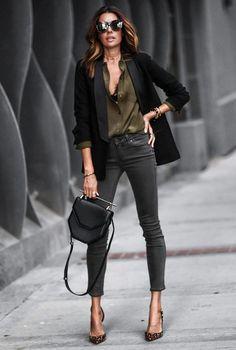 Conjunto americana negra, camisa verde caqui, pantalones grises, tacones multicolor, bolso negro y gafas marrones