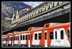El Canfranero    Canfranero es el término con que se conoce la línea ferroviaria que une Zaragoza y Canfranc. Tiene un longitud de 187,7 km y el trayecto tiene una rampa máxima de 19,9%.    La línea fue internacional desde tiempos de la Segunda República Española, pero está cortada en su vertiente francesa desde 1970 y muchos de sus tramos están abandonados en territorio español.