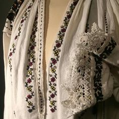 Creative Embroidery, Folk Embroidery, Learn Embroidery, Embroidery Patterns, Machine Embroidery, Antique Quilts, Traditional Outfits, Cross Stitching, Fashion Art