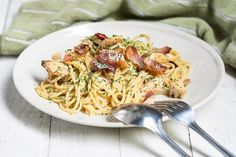 Weight Watchers Spaghetti Carbonara Recipe with Whole Wheat Pasta, Bacon, Garlic, and Parmesan Cheese - 15 Minute Prep Time Healthy Pastas, Healthy Dinner Recipes, Healthy Snacks, Healthy Eating, Weight Watchers Pasta, Weight Watcher Dinners, Easy Pasta Recipes, Ww Recipes, Cooking Recipes
