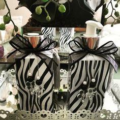 Conjunto Sabonete Liquido e Aromatizador c varetas  Conjunto para banheiro, e lavabo.  Kit  1 sabonete liquido vidro quadrado 250ml  1 difusor Aromatizador 250 ml  Kit com varetas  bandeija opcional (consulte o valor).    Vidro detalhe estampa zebra