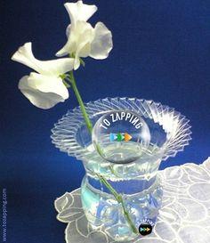 Cómo Hacer Un Florero Con Una Botella De Plástico - Tozapping.com Plastic Bottles, Snow Globes, Origami, Glass Vase, Crafts, Home Decor, Lady, Decorative Pebbles, Bud Vases