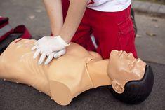 C'est une manœuvre d'urgence absolue. On le pratique en cas de mort apparente de la victime, c'est-à-dire : absence de respiration absence de pouls (il est p...