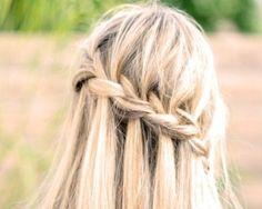 Trecce per capelli must dell'estate..............C'è una pettinatura che non passa mai di moda. Ogni estate torna forte e potente, pronta per riconquistare i capelli delle donne. Si tratta di una pettinatura che si realizza in vari modi, che sistema i capelli medio-lunghi e che piace molto anche alle star. Sto parlando delle trecce, must delle pettinature estive da sempre.