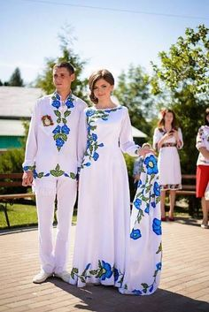 Ukrainian wedding, love the traditional clothing Mexican Fashion, Folk Fashion, Hand Painted Dress, Russian Wedding, Ethno Style, Mexican Dresses, Embroidered Clothes, Embroidery Dress, Wedding Embroidery
