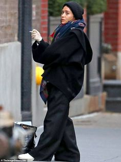 """Ashley Olsen looked miserable as she smoked a cigarette after """"supporting"""" sister Mary-Kate through her nasty divorce. She was spotted outside the offices of her fashion company, The Ro… Ashley Olsen, Olsen Twins Style, Mary Kate Ashley, Fashion Labels, Black Blazers, Minimal Fashion, Fashion Company, Fall Outfits, Boho Outfits"""