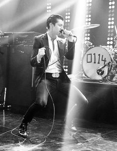 He's like Elvis :) Arctic Monkeys, Music Love, Music Is Life, Good Music, Matt Helders, Cool Photos, Beautiful Pictures, Music Genius, Cool Fire