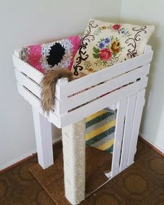 ♥ DIY Cat Stuff ♥  DIY Pinspiration: Wooden crate cat bed and scratching post. No instructions but looks pretty simple... 2 crates, wood posts, rope and a carpet covered base.: