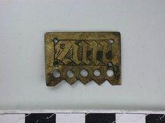 leather belt strap end, copper alloy plate, 1350 1400, Rijksmuseum van Oudheden, L=2,6 cm, B=1,9 cm, H=0,1 cm