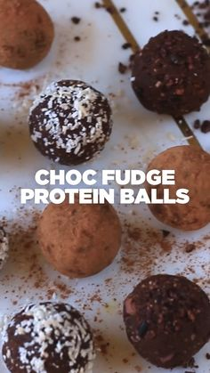 Make snack time easy this week and make a batch of these easy coconut chocolate energy balls for a healthy meal prep snack throughout the week. These delicious energy balls are no bake, easy to make, and taste like an almond joy. High Protein Foods List, Best Protein, High Protein Recipes, Protein Muffins, Protein Bites, Protein Cake, Protein Cookies, Fat Bombs, Chocolate Protein Balls