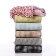 Coco ist eine stilsichere Lammwolldecke von Klippans Yllefabrik, die in verschiedenen Farbtönen bestellbar ist. Kombinieren Sie Ihre Lieblingsfarben, um am Sofa neue Akzente zu setzen!