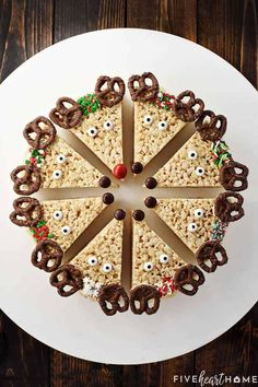 Reindeer Rice Krispie Treats are cute, festive, and easy to make. These Christmas Rice Krispie Treats make a fun holiday project for the kids and a yummy treat to share with neighbors and friends! Christmas Deserts, Christmas Appetizers, Christmas Goodies, Holiday Desserts, Holiday Baking, Holiday Treats, Christmas Baking, Holiday Recipes, Christmas Ideas
