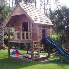 Un toboggan ! Une cabane comme un jardin d'enfant avec bac à sable et toboggan / A hut as child's garden with sandbox and slide