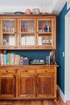Copa tem parede pintada de azul e armário rústico de madeira de demolição.