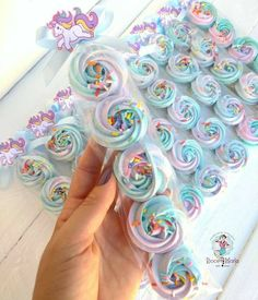 Excellent simple ideas for your inspiration Meringue Desserts, Meringue Cookies, Royal Icing Cookies, Sugar Cookies, Kreative Desserts, Meringue Kisses, Unicorn Birthday, Cute Food, Christmas Desserts